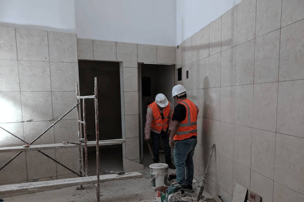 Hombres trabajando en construcción de un restaurante
